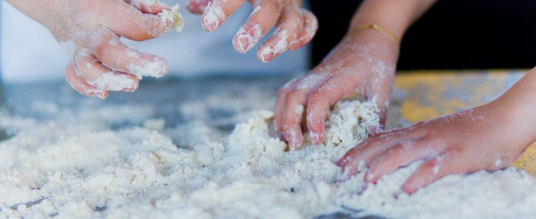 mains farine pâte enfant