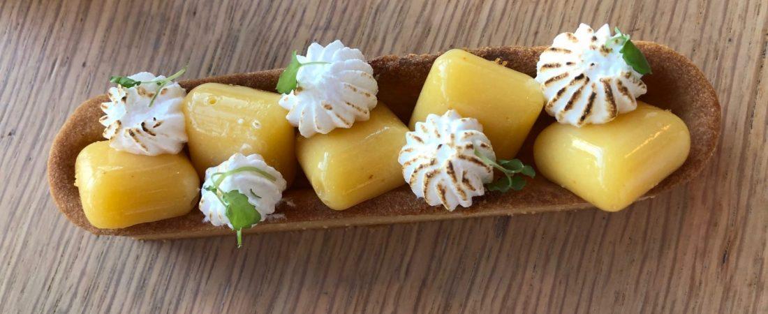 Tartelette meringuée au citron kalamansi et cardamome macro
